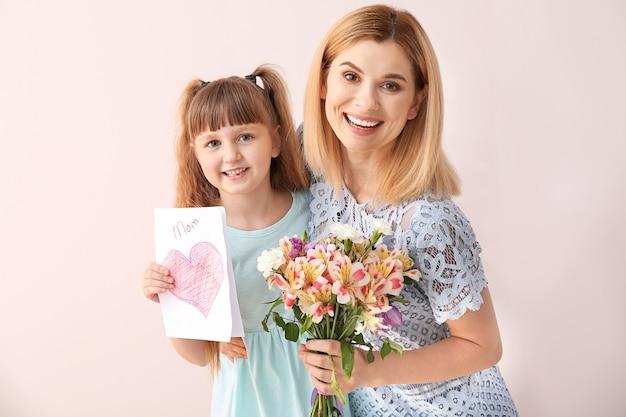 그녀의 어머니를 인사하는 어린 소녀. 해피 어머니의 날