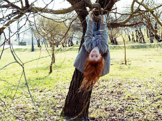 나무에 거꾸로 매달려 어린 소녀