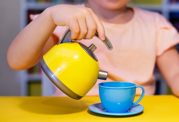 Маленькая девочка, чаепитие