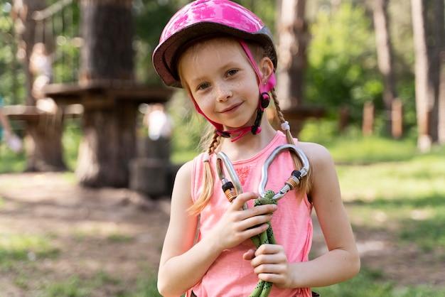 Bambina che si diverte in un parco avventura