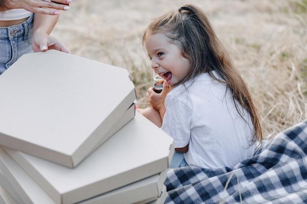 ピクニックで楽しんでいる少女