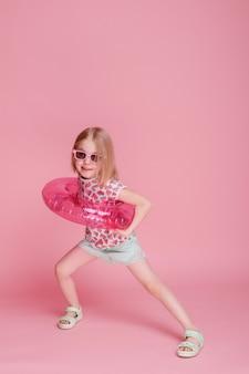 분홍색 표면에 풍선 물 원에서 재미 어린 소녀