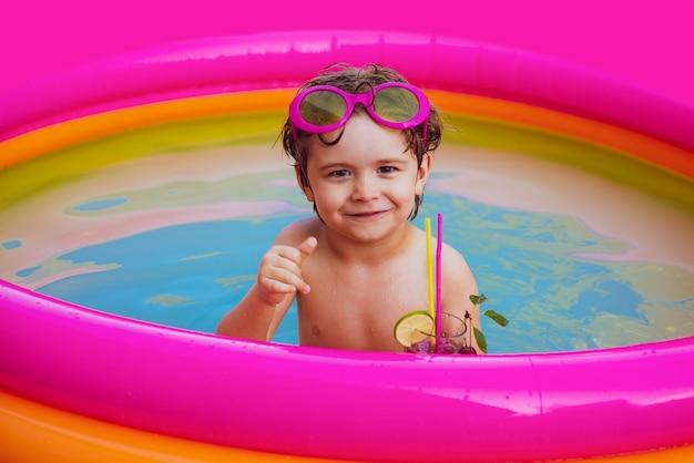 Маленькая девочка веселится в бассейне, дети играют на тропическом курорте, дети играют и активны ...