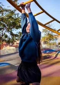 Bambina divertendosi al parco giochi