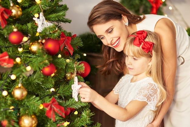 Bambina che aiuta la mamma con grande piacere