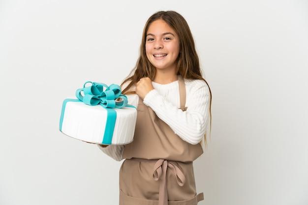 勝利を祝う孤立した白い背景の上に大きなケーキを保持している少女