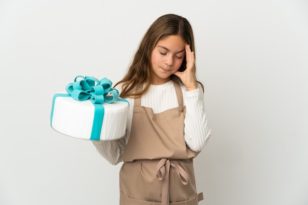 Маленькая девочка держит большой торт