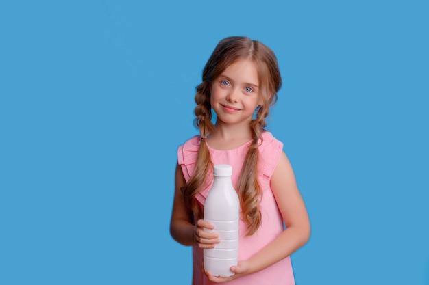 牛乳瓶を持っている少女