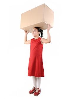 고립 된 상자를 들고 어린 소녀