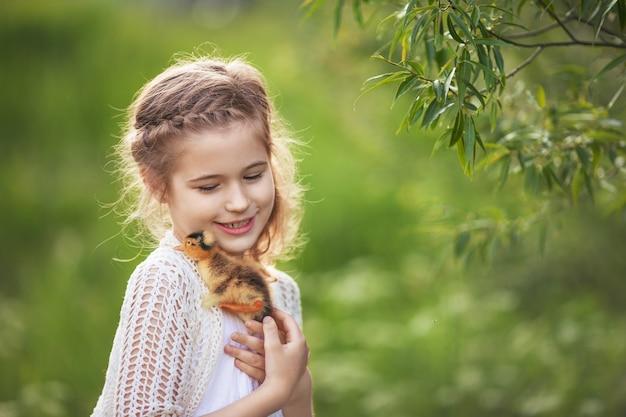 귀여운 오리 손에 들고 어린 소녀.