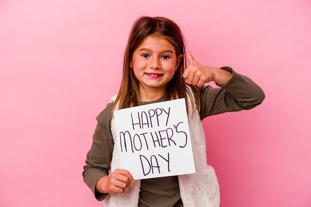 ピンクの背景で隔離の幸せな母の日のバナーを保持している少女