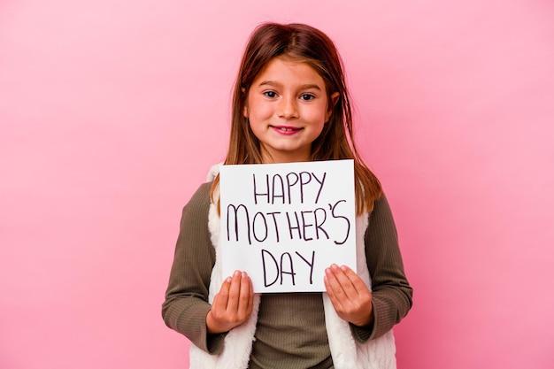 Маленькая девочка держит знамя дня счастливой матери, изолированное на розовом