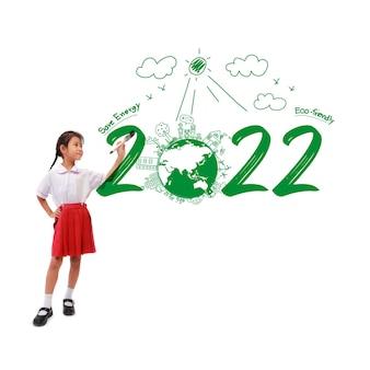 페인트 브러시를 들고 있는 어린 소녀는 창의적 환경과 친환경적인 그림을 그리고 에너지 절약 2022 새해를 맞이합니다.
