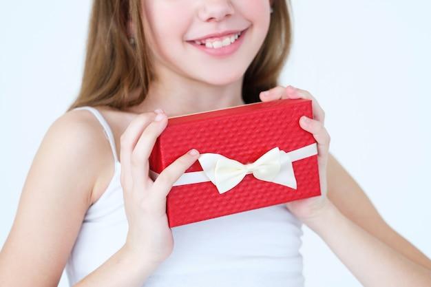 선물 상자에 선물을 들고 어린 소녀.