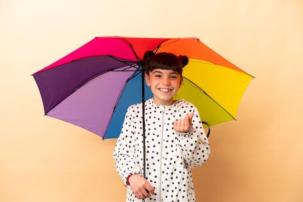 Маленькая девочка держит зонтик изолированы