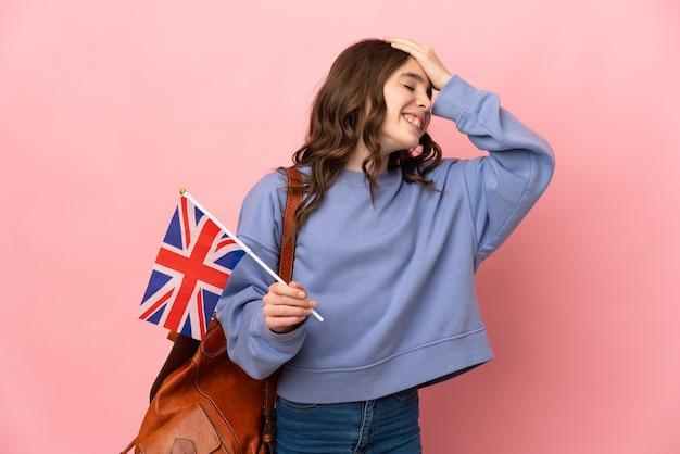 Маленькая девочка, держащая флаг соединенного королевства на розовой стене, кое-что поняла и намеревается найти решение
