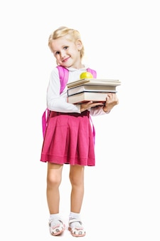 책과 사과를 들고 흰색 배경에 고립 된 어린 소녀