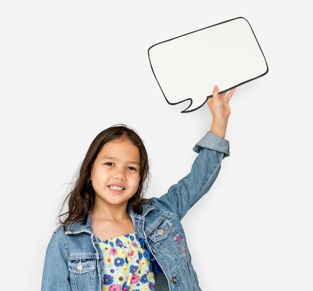 사랑스러운 미소 채팅 상자를 들고 어린 소녀