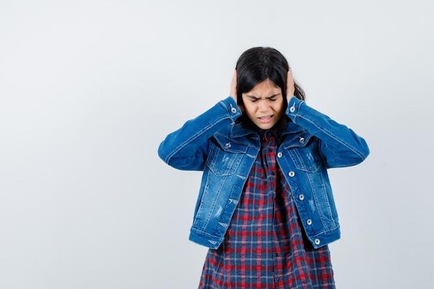シャツ、ジャケット、イライラした、正面図で耳に手をつないでいる少女。