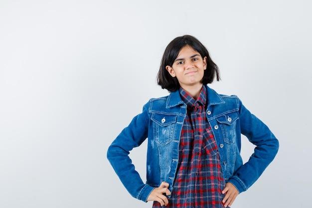 シャツ、ジャケット、陽気に見える腰に手をつないでいる少女。正面図。