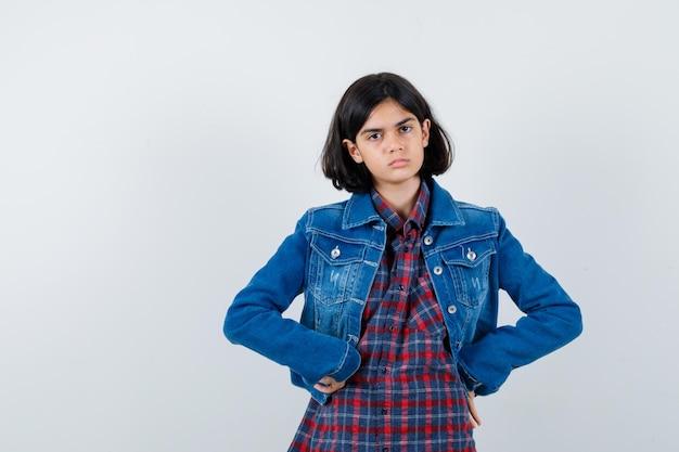 シャツ、ジャケット、悲しそうに見える腰に手をつないでいる少女。正面図。