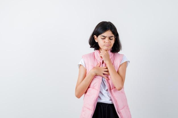 Bambina che tiene una mano sul petto