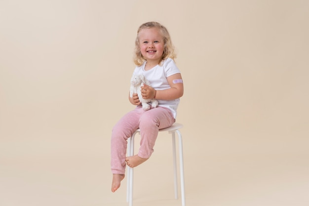 Bambina che tiene in mano un giocattolo dopo aver ricevuto un vaccino