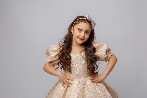 흰색 바탕에 아름 다운 드레스에 어린 소녀