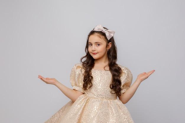 白い背景の上の美しいドレスの少女