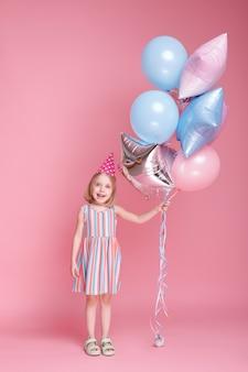 핑크 블루 풍선 모자에 어린 소녀