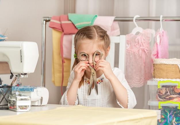 Маленькая девочка в швейной мастерской