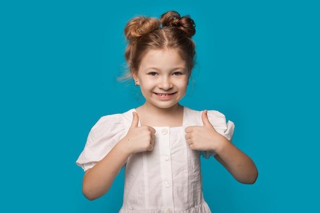 白いドレスを着た少女が同様のサインを身振りで示しています