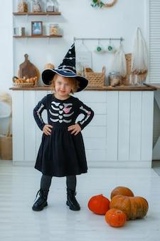 魔女の衣装を着た少女