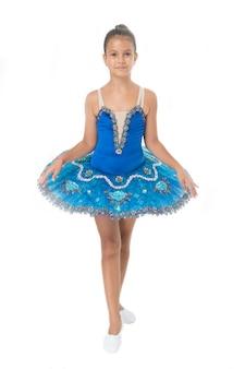 Маленькая девочка в балетной позиции. маленькая балерина в синей пачке. очаровательная девушка балерина берет урок танцев. танцующая королева. чтобы быть лучшим, нужна дисциплина.