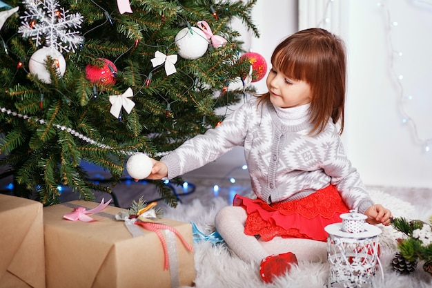Маленькая девочка в красивых рождественских украшениях