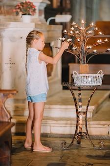 キャンドルと教会の少女