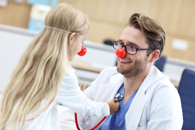 Маленькая девочка в клинике осматривается педиатром