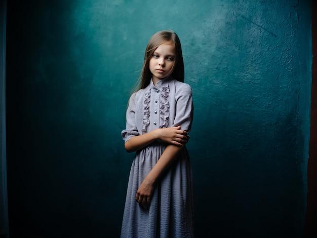 스튜디오 녹색 배경 포즈 드레스에 어린 소녀