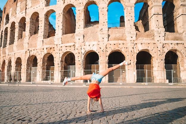 Маленькая девочка перед колизей в риме, италия