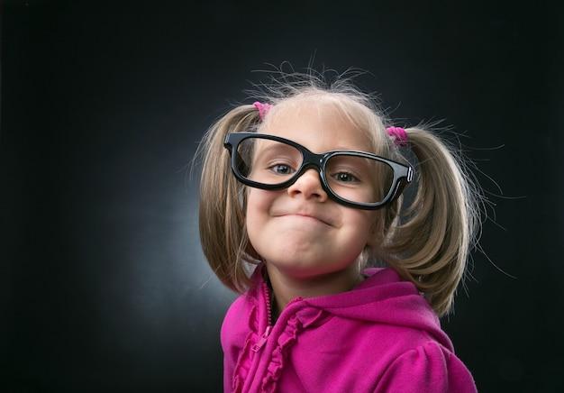 面白い大きな眼鏡の少女