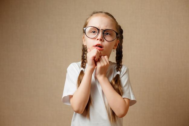 Маленькая девочка в очках развлекается