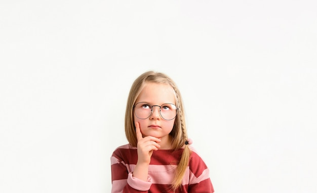 Маленькая девочка в очках думает