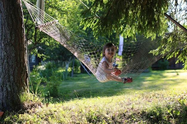 해먹 자연 여름에 어린 소녀