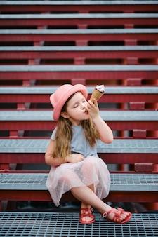 아이스크림을 먹는 모자에 소녀
