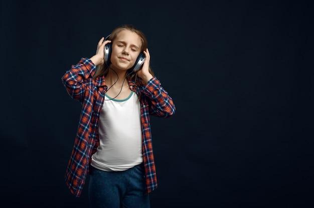 강력한 기류에 대한 헤드폰의 어린 소녀, 헤어 효과 개발