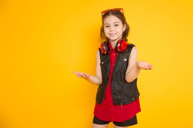 Маленькая девочка в наушниках