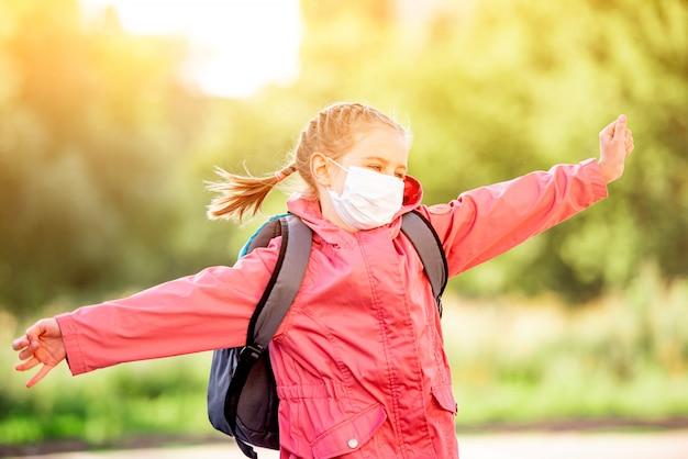 学校の後のマスクの少女