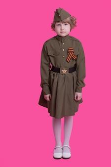 お祝いの勝利の日に軍服を着た少女