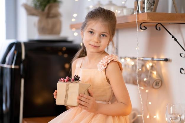 Маленькая девочка в платье принцессы празднует рождество