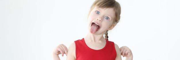 Маленькая девочка в красном платье показывает проблемы с языком концепции воспитания